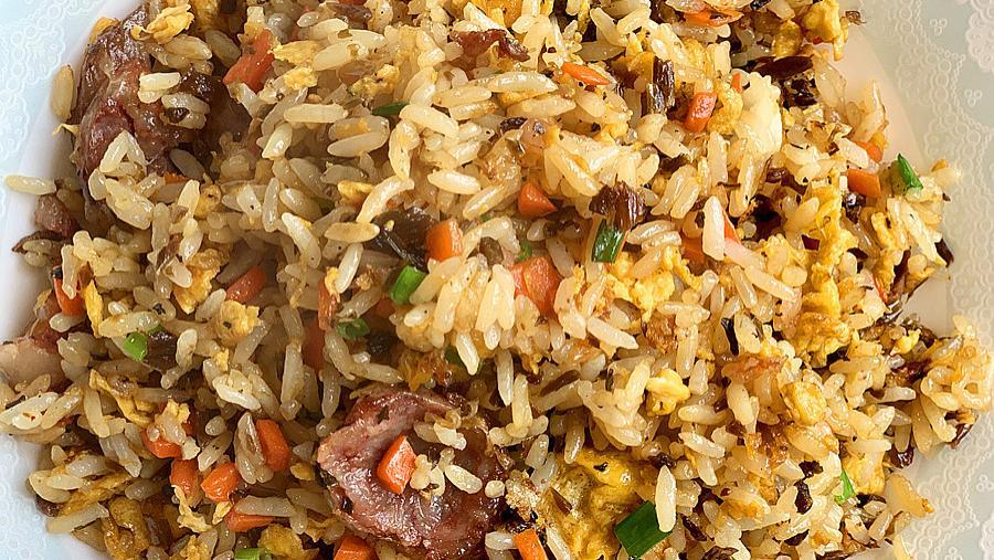 如何把剩米饭做成营养餐--芽菜蛋炒饭
