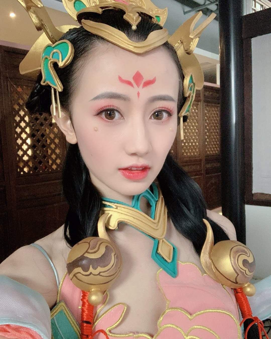 """王者荣耀解说主播Cos比拼,5大KPL美女,都不及""""一姐""""张大仙?插图(6)"""
