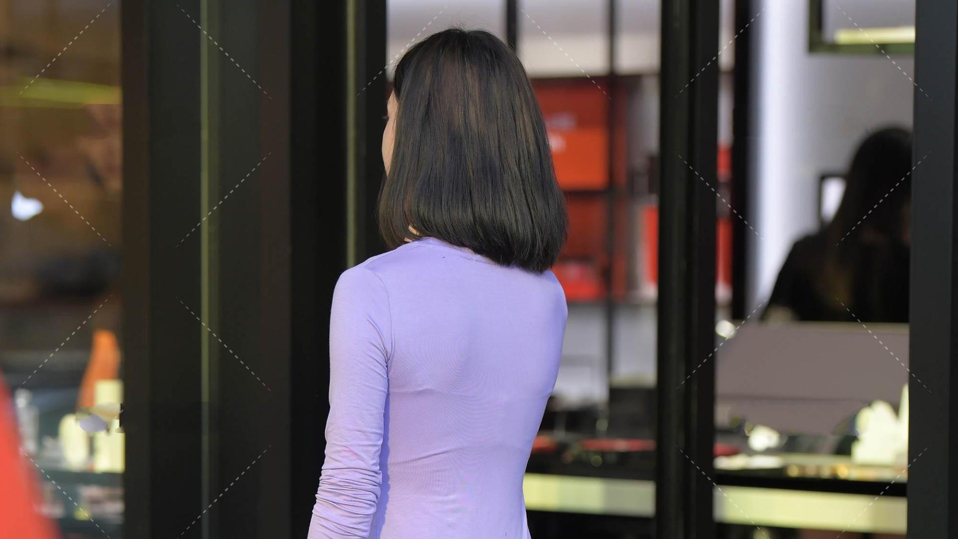 淡紫色长袖长裙子,宽松下摆,优雅静谧