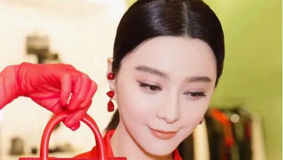 """范冰冰真会""""作妖"""",穿红色连衣裙配红色手套,不俗反而很高级"""