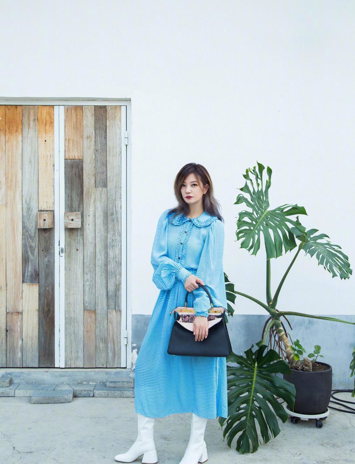 赵薇越穿越年轻,蓝色长袖连衣裙搭黑色包包,减龄有大牌范
