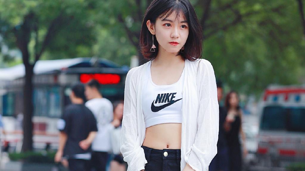 清纯少女穿搭,白色棉麻衫,黑色紧身裤!