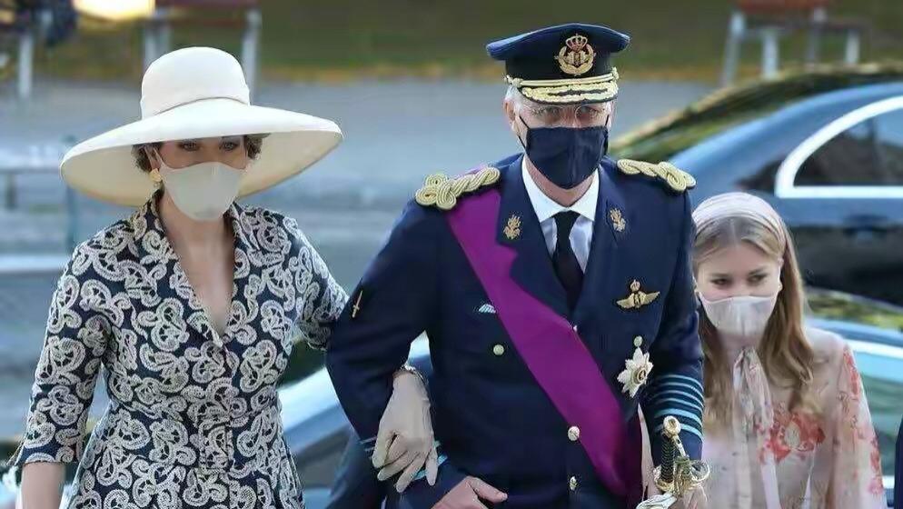 比利时国王也不管管王后,47岁穿真空裙出席国庆日秀马蜂腰,让人心动