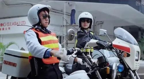 《逃学威龙2》那个戴墨镜鄙视周星驰的女警,到底是谁演的