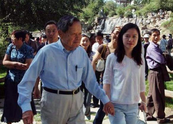 翁帆当年为何下嫁82岁杨振宁,如今含泪说出真相,太意外了