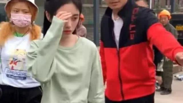 鞠婧祎素颜进组被偶遇,却被破洞裤抢镜,看清造型:徒手撕的?