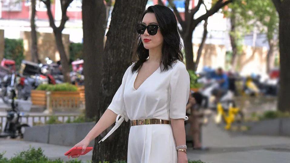 气质女生的职场穿搭,选一条简约大方的连衣裤搭配,利落干练有气质