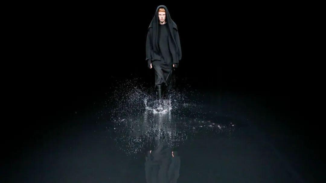 """""""黑色""""包裹的灵魂:巴黎世家Balenciaga的水上发布会"""