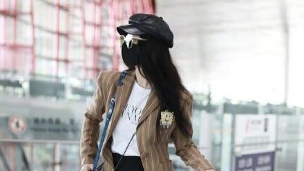 范冰冰暴瘦惹人怜惜,穿条纹西装走机场,拎着大包小包尽显辛酸感