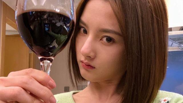 宋祖儿自拍角度太搞笑,穿绿色针织衫出镜,小脸只有红酒杯大