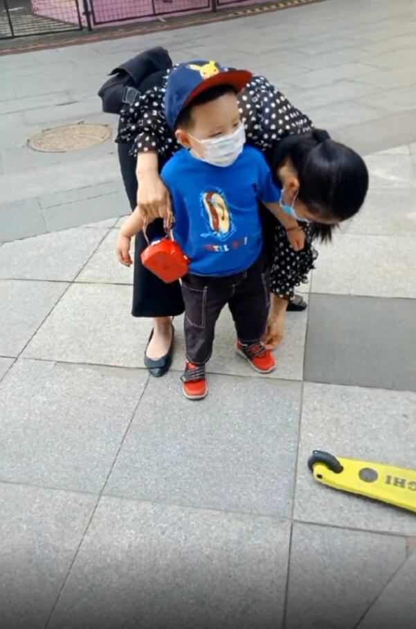 宋丹丹带孙子遛弯,巴图一岁半儿子正面照曝光,长得超像巴图