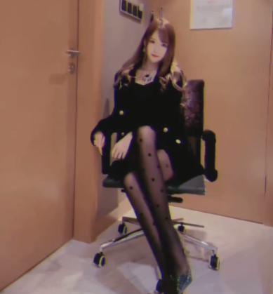 """《【煜星娱乐平台首页】腐团儿晒""""霸总""""小视频?当她把二郎腿一翘,网友:这也太A了》"""