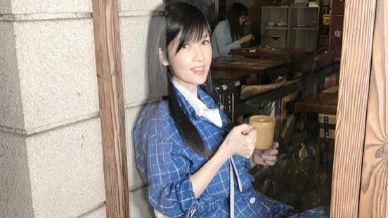 """周慧敏真是""""不老女神"""",蓝色格子裙街边喝咖啡,文艺恬静如18岁"""