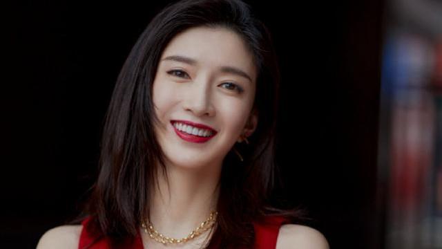 33岁江疏影终于惊艳!穿一袭红色连衣裙精致优雅,大红唇魅力无穷