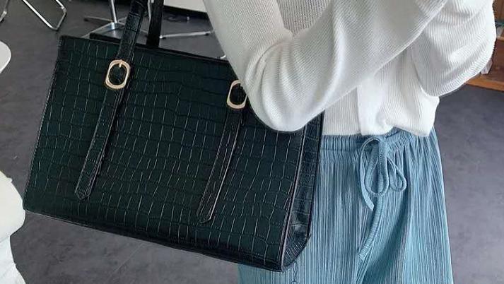 韩剧女主的同款包包,pu质感的摸起来特别棒,能装下更多的东西
