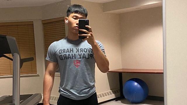 陈坤儿子男大18变,穿红色背心撸铁变肌肉型男,阴柔气质大变样