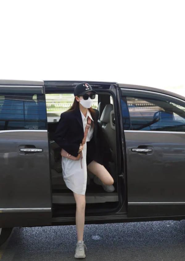 """戚薇""""下车照""""被疯传,当她伸下腿那刻,这腿长得让人不敢信"""