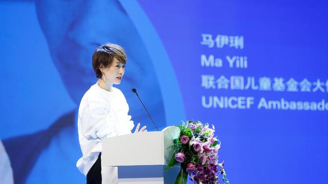马伊琍在联合国中文发言太长脸!穿白卫衣配运动裤帅气,气质绝佳