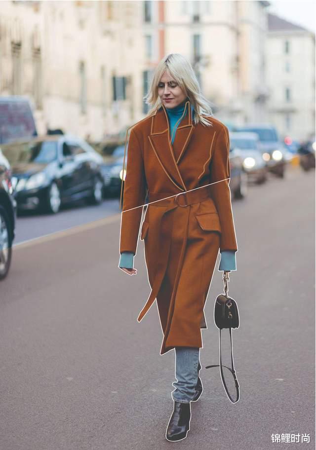 """今年的""""毛呢大衣+牛仔裤""""又火了,简单搭配也高级,明星都上头插图6"""
