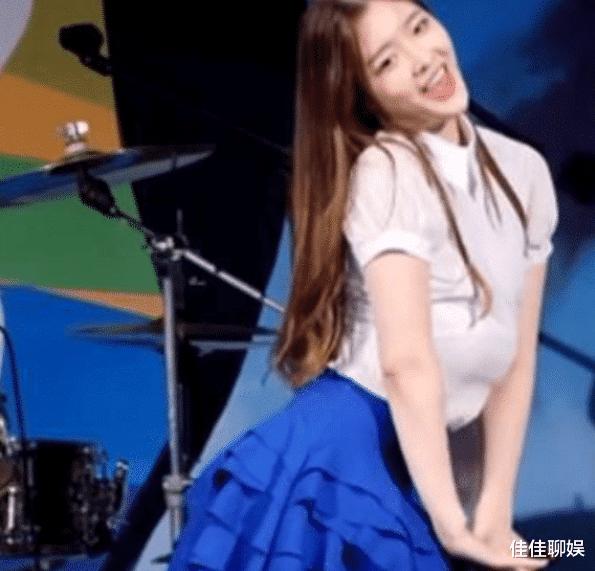 """韩国女星在跳舞时,""""胸部""""突然掉到了肚子上,现场的观众都惊呆了!"""