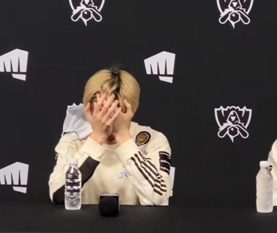 Doinb复盘比赛被多兰气得说不出话,Deft赛后采访抱头痛哭