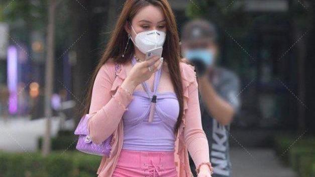 薰衣草紫色挂脖衣搭配超短粉色半身裙,时尚有型,清纯又很自然