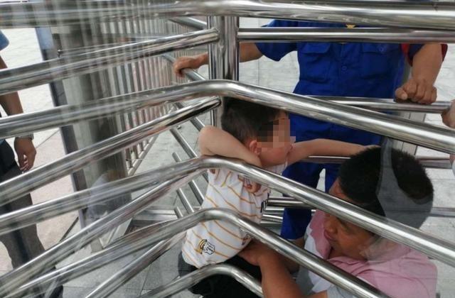 熊孩子进小区不走正道,穿道闸栏杆反被吊起来,男孩:再也不敢了 育儿 道闸 单机资讯  第6张