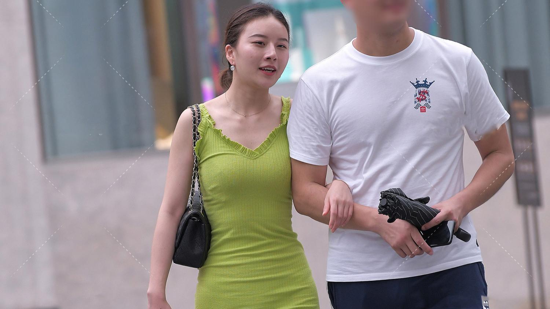 浅绿色系吊带裹身裙自然又清爽,背面3个红印更是亮点,力压各种花哨穿搭