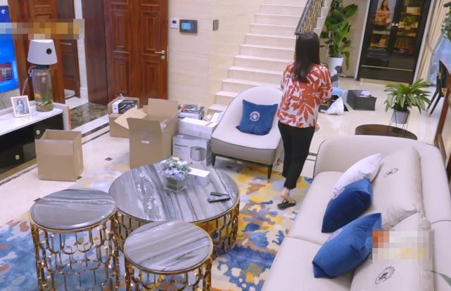 李湘王岳伦搬新家,到门口搬东西时,看到邻居门口的物品,羡慕了