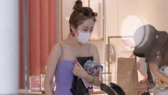 吊带连衣裙短裙穿出高雅气质,近30的少妇还搭配暖紫色包想装嫩