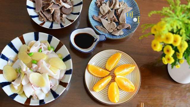 周末午餐做了三个荤菜,有肉有海鲜,却是少油少盐清淡为主