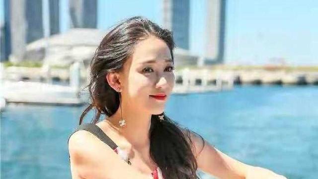 陈乔恩坐游艇出海度假,穿条纹露背连衣裙配长卷发,满满少女感