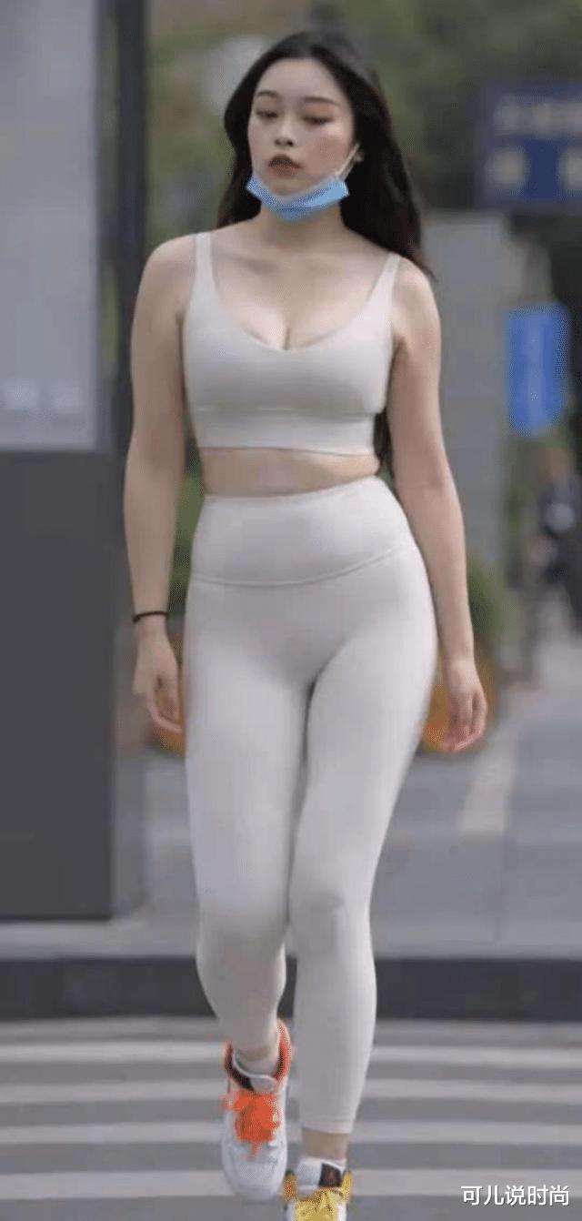 赶快扔掉你的瑜伽裤吧,现在流行紧身运动打底裤,显瘦又时髦