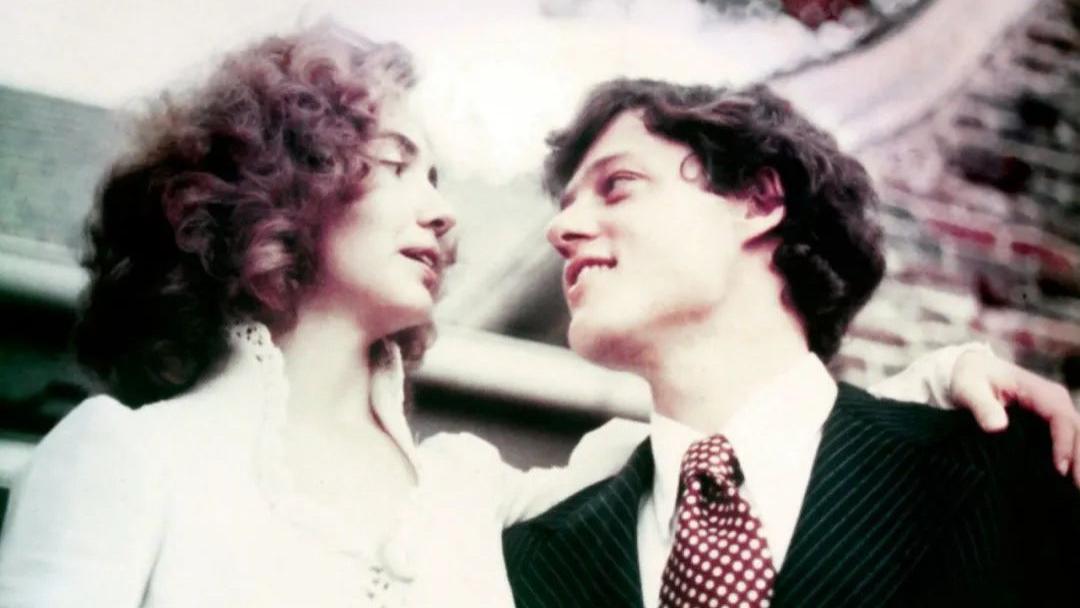 希拉里45年前结婚好飒,穿蕾丝婚纱搂着老公,克林顿化身成小男人