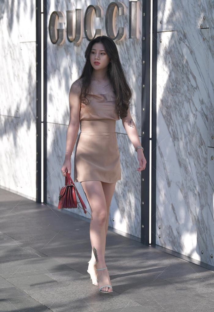 """时尚的女生穿连衣裙也很有气质,束腰的设计让小姐姐更""""时尚"""""""