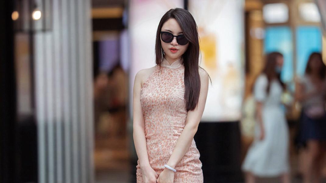 穿修身连衣裙的女子,华容婀娜,令我忘餐