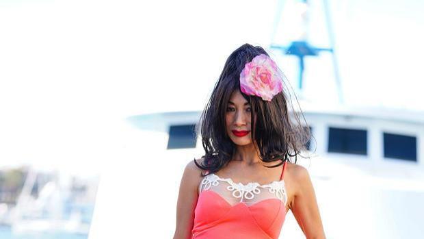 59岁白灵蕾丝内衣外穿,拖把发型配大芙蓉花,曾同时和多人恋爱