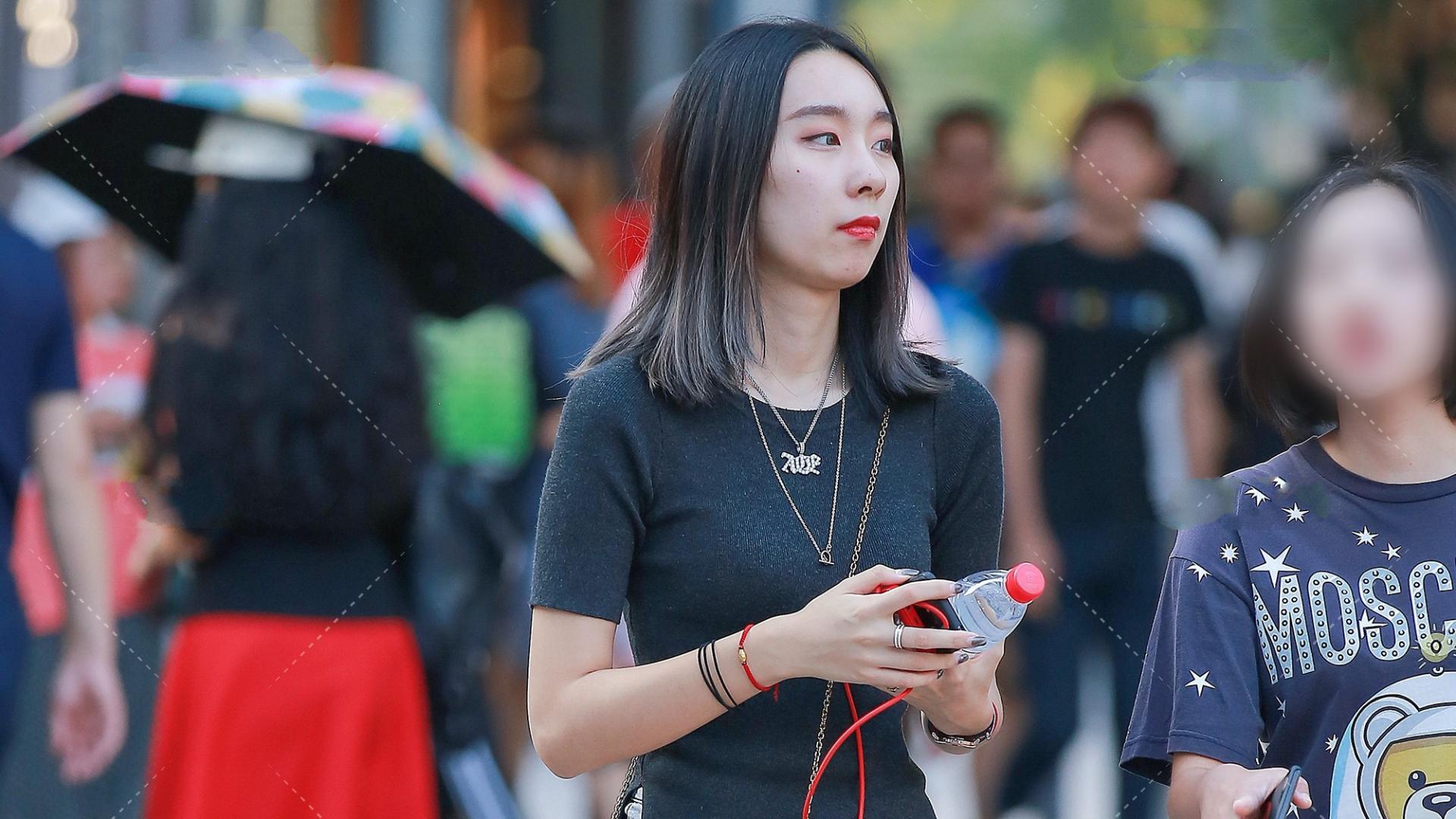黑色短袖简单大方,还是百搭单品,搭配出青春活泼