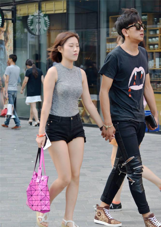 穿着短裤的姑娘,要搭配一款什么鞋子,高跟鞋还是平底鞋?