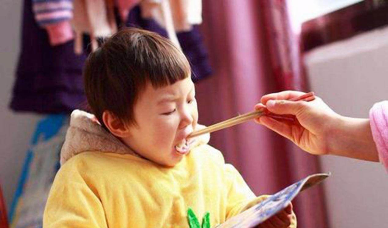 """魔界2配置_4岁女童患上""""厌食症"""",医生提醒:三种错误喂饭方式家长要避免"""