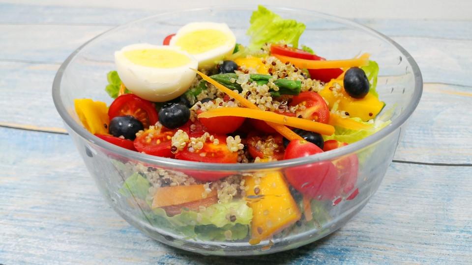 天热了,做一道高蛋白、低脂的三色藜麦果蔬沙拉,清爽好吃不长胖