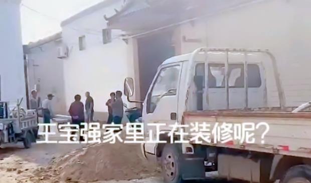 小8微博_王宝强疑似好事将近,家乡老宅装修被围观,门上被刻四个大字