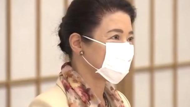 56岁雅子皇后心态年轻,鲜花丝巾点缀真好看,重现当年丽人风