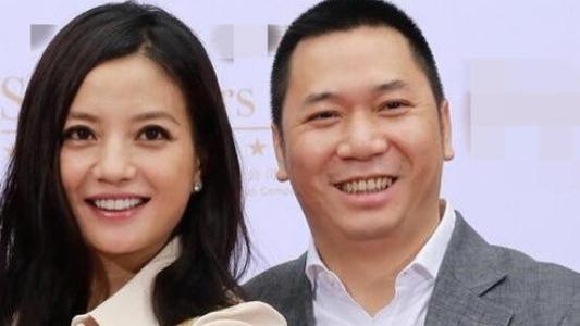 赵薇:抛弃同床三年身价120亿小伙,为何嫁二婚带娃的黄有龙?