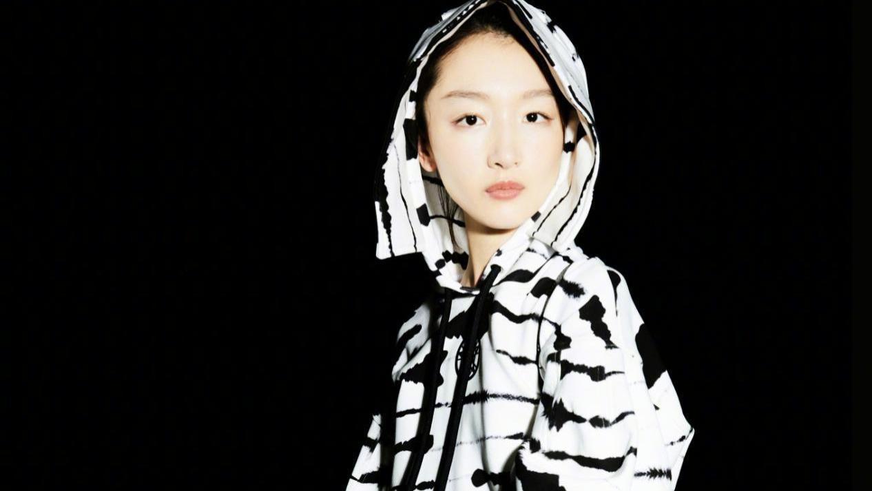 周冬雨晒最新穿搭照,黑白斑马纹外套真帅气,博柏利包包实力抢镜