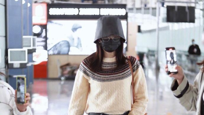 江疏影身材比例真抢镜,穿针织衫配牛仔裤,走机场都跟走秀一样