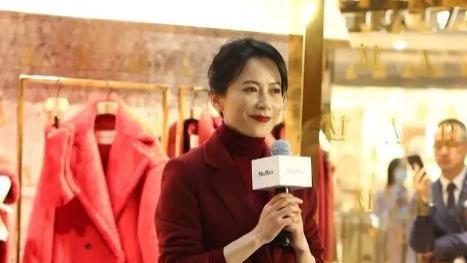 俞飞鸿真是中年女性穿搭典范!身着酒红色西服套装,尽显优雅温暖