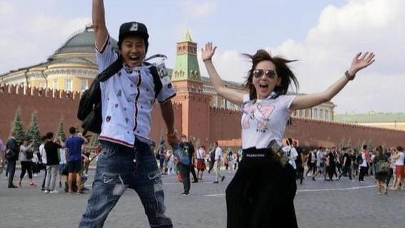 孙耀威与老婆去度假,陈美诗穿白T恤配半身裙,老爹鞋太显嫩了
