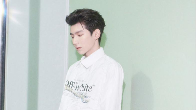 """王源""""白衣少年""""的造型好好看,大背头搭流苏白衬衫,穿出大片时尚感"""