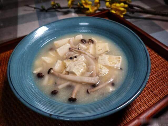 什么汤更适合孩子喝?蟹味菇豆腐汤,健康营养身体壮